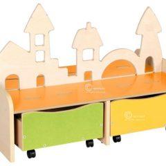 Žaislų lentyna su medine dekoracija