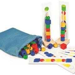 Kaladėlės rūšiavimui su užduočių kortelėmis ir stoveliais krepšelyje