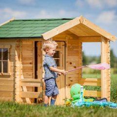 Medinis žaidimų namelis su terasa