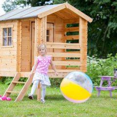 Medinis žaidimų namelis su laipteliais ir terasa